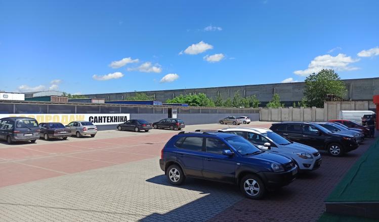 Парковка и павильон с товарами на распродаже