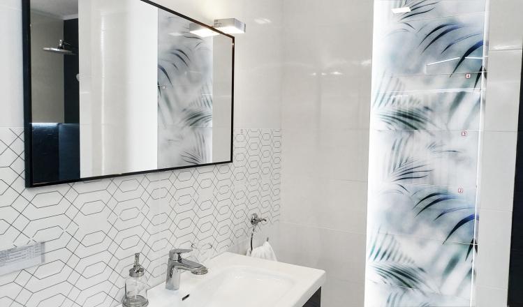 Мебель для ванной комнаты Elita, смеситель Hansgrohe Logis и плитка Paradyz Taiga, Scratch