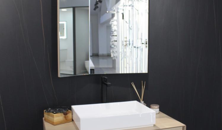 Тумба с умывальником, сифон и зеркало Gamadecor, смеситель Noken и плитка Urbatek Nylo Black